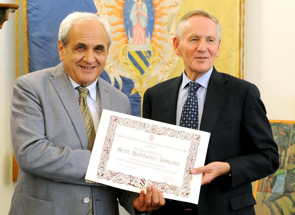 Il Rettore Vilberto Stocchi consegna la pergamena di Ambasciatore a Balduino Simone