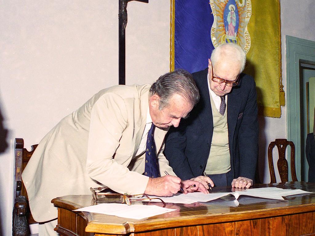 Patrick Clare e Carlo Bo, nel 1995, al momento della firma dell'accordo