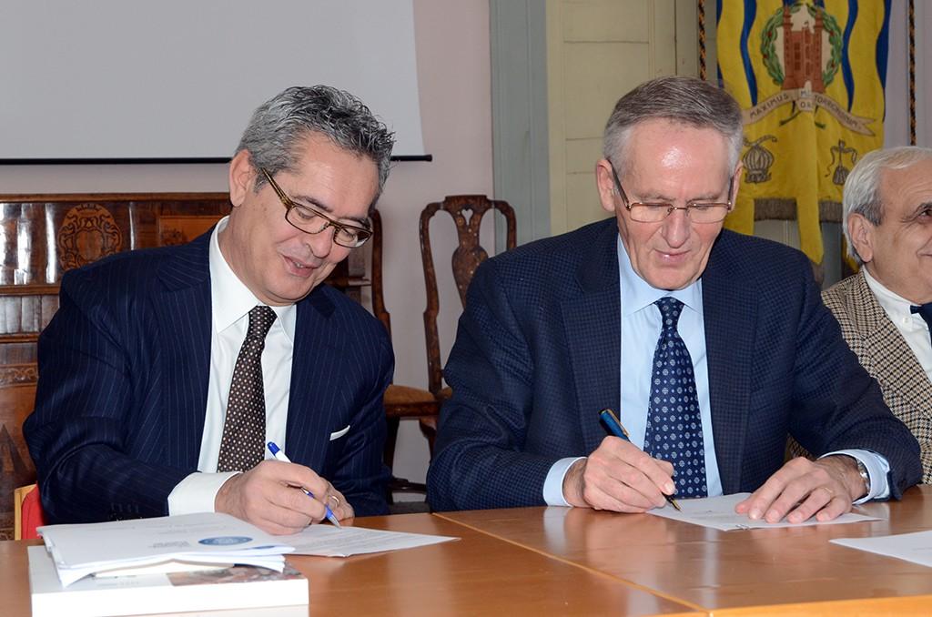 Claudio Villa, presidente di Federservice e il rettore Vilberto Stocchi al momento della firma della convenzione