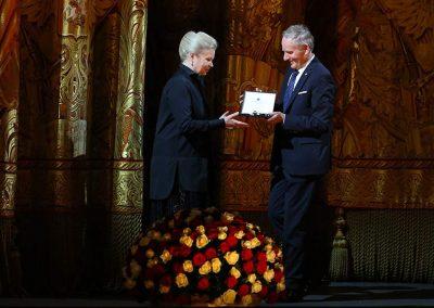 Il Rettore Vilberto Stocchi consegna il Sigillo di Ateneo a Madame Marina Leonova