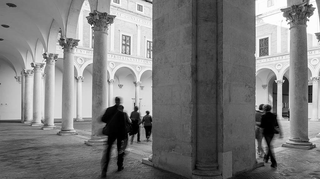 """""""Carlo Bo, Il Palazzo Ducale. Parole e immagini nelle stanze"""": la mostra resiste al Covid-19 e si sposta sul web"""